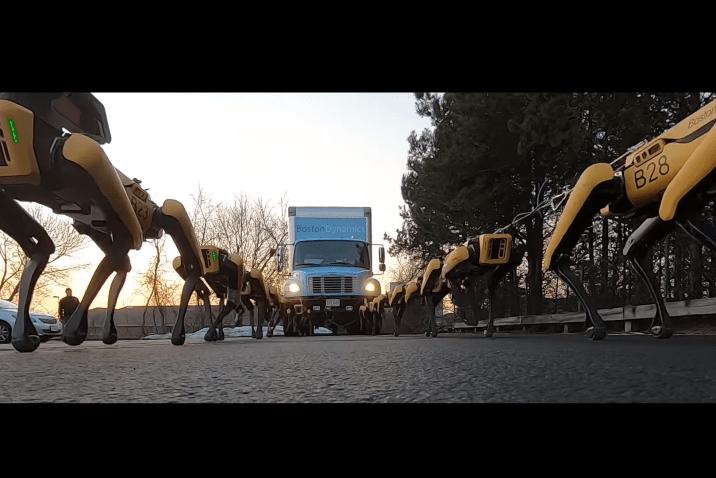 Boston Dynamics'in Robot Köpeklerini Kamyon Çekerken İzleyin